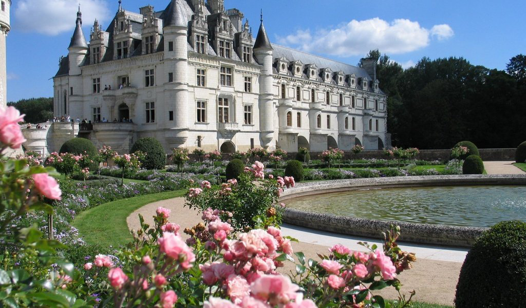TOP OF THE MOST BEAUTIFUL AND FAMOUS CASTLES AND PALACES OF EUROPE