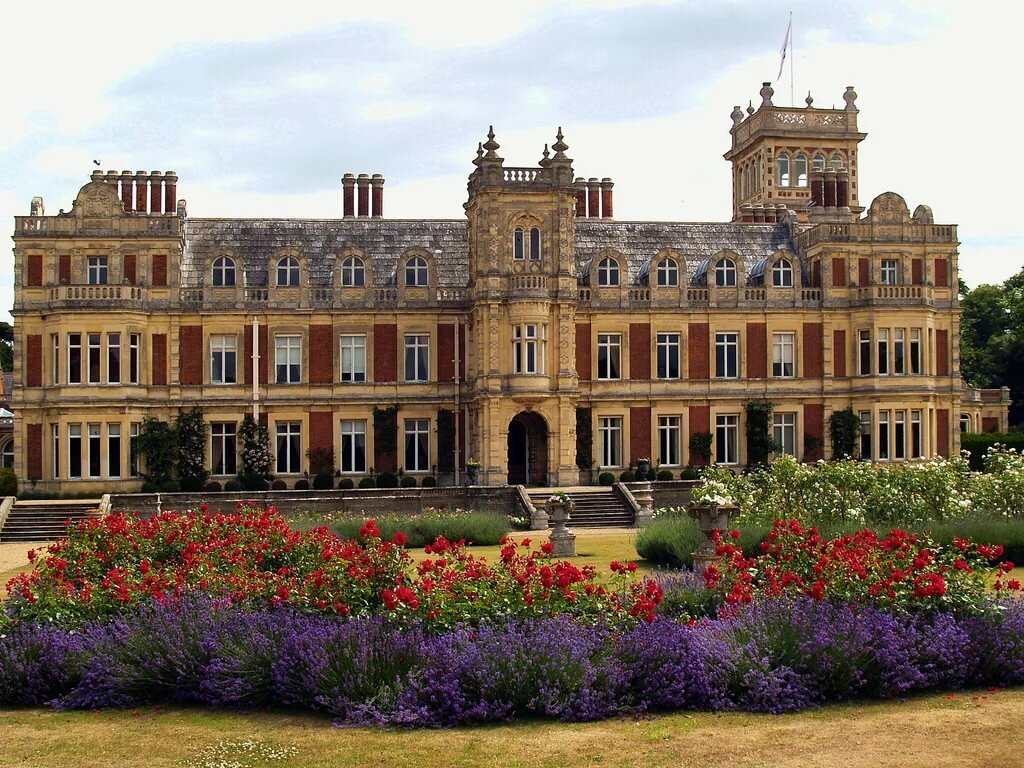 Features of castles and palaces of England